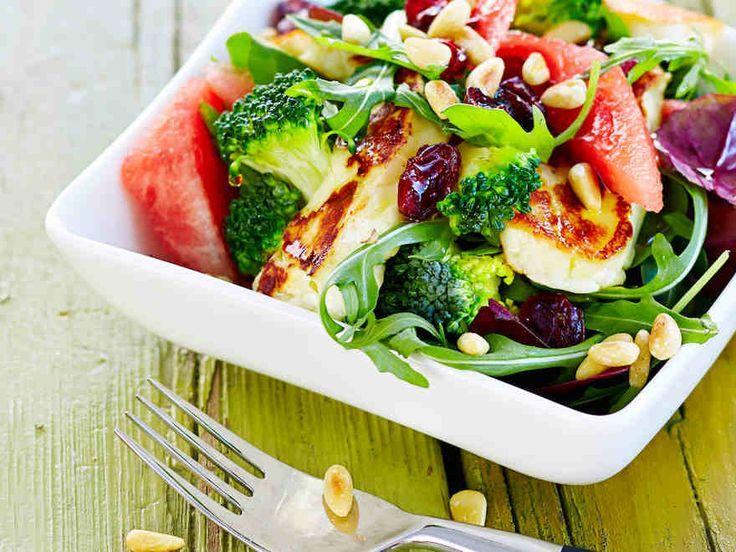 Raikas vesimeloni ja mehevä halloumijuusto sopivat täydellisesti kesäiseen salaattiin. http://www.yhteishyva.fi/ruoka-ja-reseptit/reseptit/vesimeloni-halloumisalaatti/014131