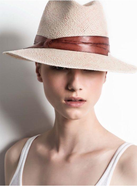 Ce joli chapeau de cuir et de paille florentine au raffinement insensé, c'est l'œuvre de deux sœurs italiennes, Maria et Paola Cirri, qui ont repris les rênes de leur entreprise familiale, Inver