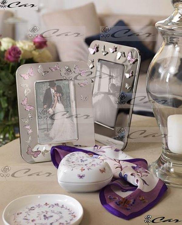 Portafoto in metallo con decorazioni in rilievo, scatolina in porcellana, foulard e piattino in porcellana.