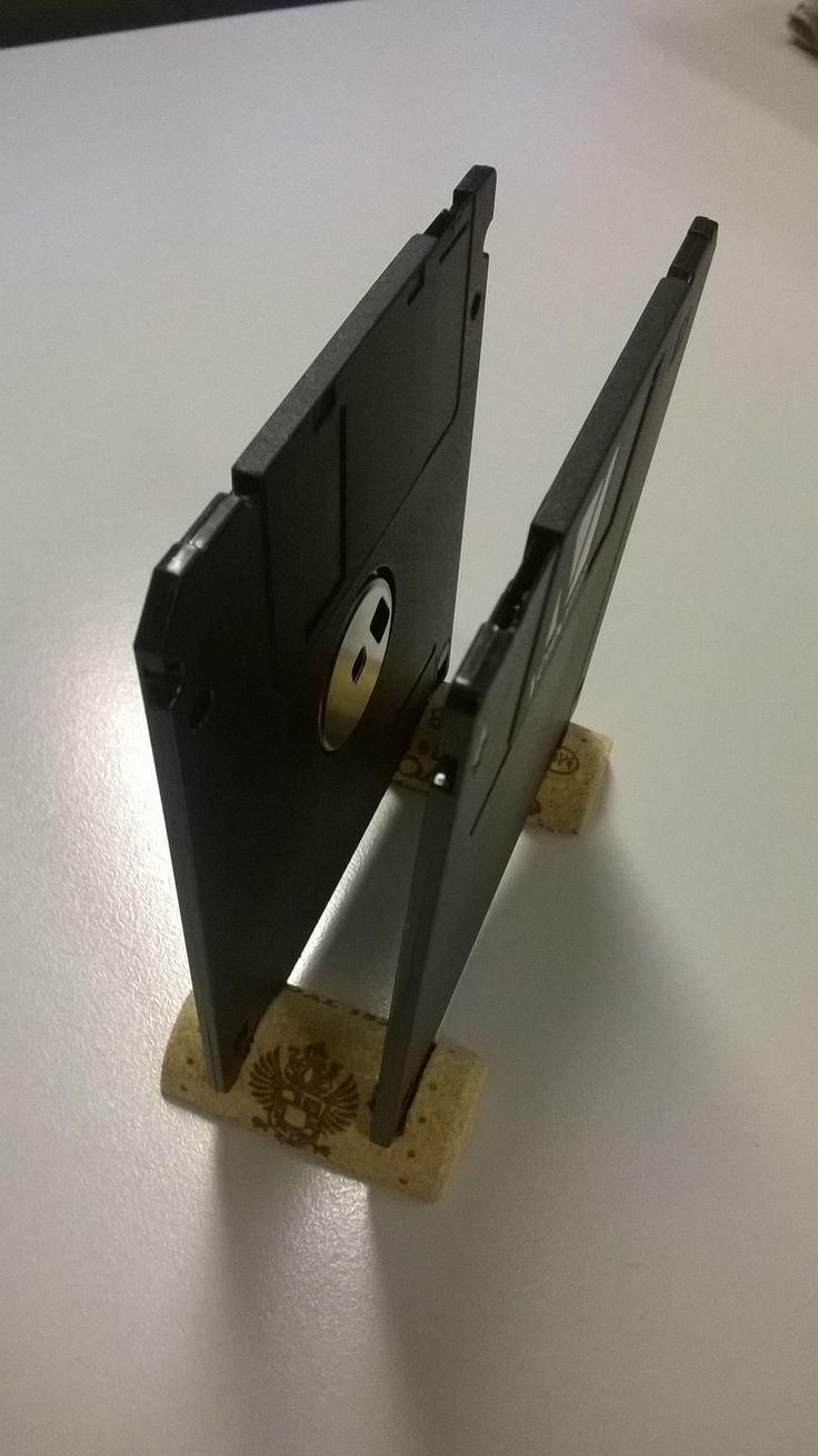 Vecchi floppy ed un tappo di sughero tagliato a metà. Semplice porta-documenti.