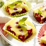 Pannacottakager med hindbær - Opskrifter    http://www.dansukker.dk/dk/opskrifter/pannacottakager-med-hindbaer.aspx  #dansukker #sommer #opskrift #hindbær #bær #pannacotta #kage #dessert
