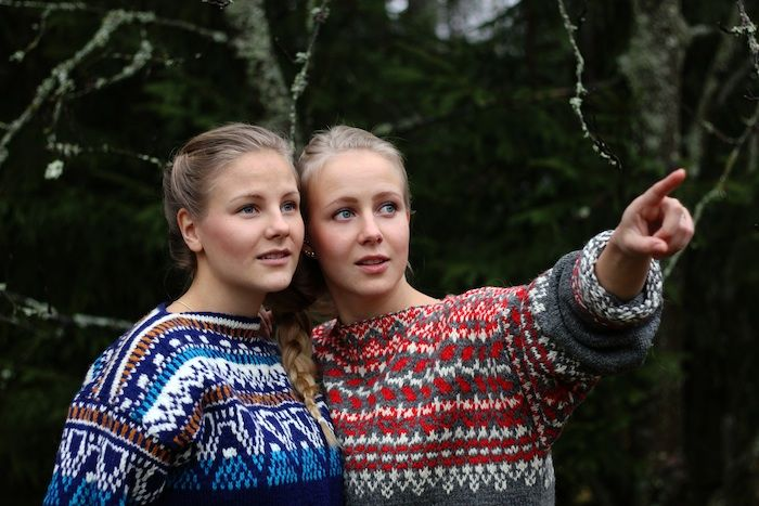 Aamukahvilla Henriikka with her sister wearing a blue sweater.