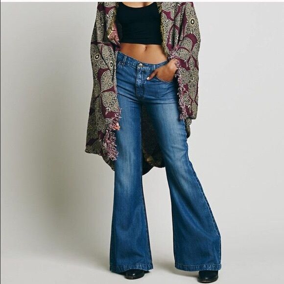 """1 Hour Sale  Free People Bell Bottom Jeans Stylish with a retro feel. Great pair of jeans ready to help you step up your fashion game! They are in Like New Condition. Inseam is 34"""" Free People Jeans Flare & Wide Leg"""