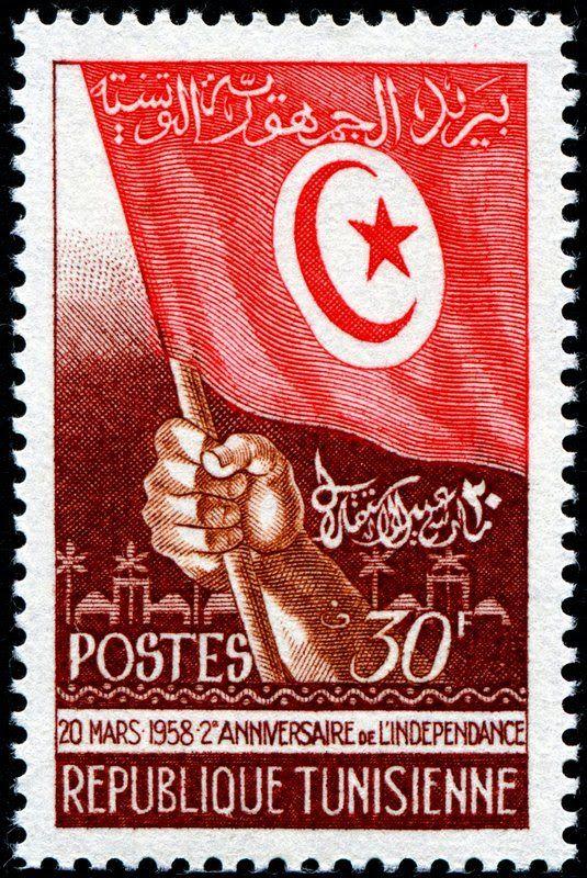 1958 Tunisia Flag A atual bandeira da Tunísia já é de 1831, feita por Al-Husayn II ibn Mahmud. Mesmo que a independência da Tunísia só tenha vindo em 1956 não mudou muito a homenagem que os tunisianos queriam fazer para o Império otomano (atual Turquia).