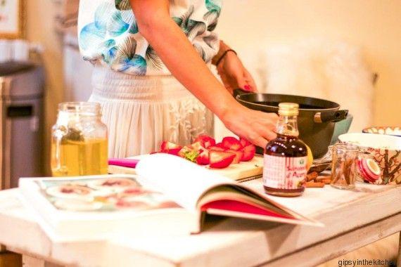 GIPSY - PORRIDGE: 100g di fiocchi di avena, 300 ml di latte di mandorla. Fragole, sciroppo d'acero e succo di un limone con la sua buccia Preparazione. Mettete i fiocchi di avena in un pentolino con il latte di mandorla e lasciate cuocere per circa 10 minuti continuando a mescolare. Nel frattempo tagliate le fragole e con lo sciroppo d'acero, il succo di limone e la sua buccia e un filo d'acqua fate cuocere fino a caramellare leggermente. Versare in una scodella prima il porridge e poi la…