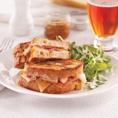 Sandwich charlevoisien grillé au fromage La Belle Brune de Charlevoix, aux oignons caramélisés et à la bière La Vache Folle - Recettes - Cuisine et nutrition - Pratico Pratique