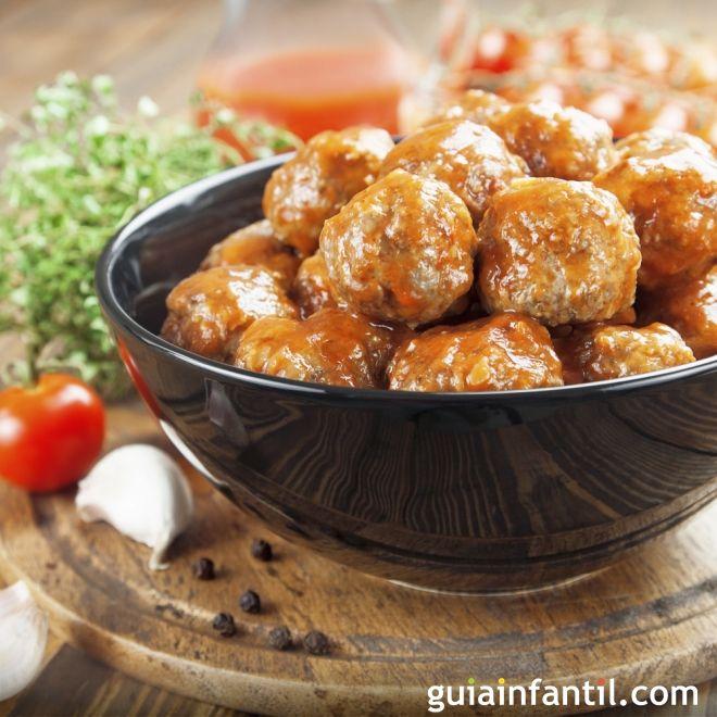 10 formas diferentes de preparar unas exquisitas albóndigas http://www.guiainfantil.com/articulos/alimentacion/recetas/recetas-sencillas-de-albondigas-para-ninos/