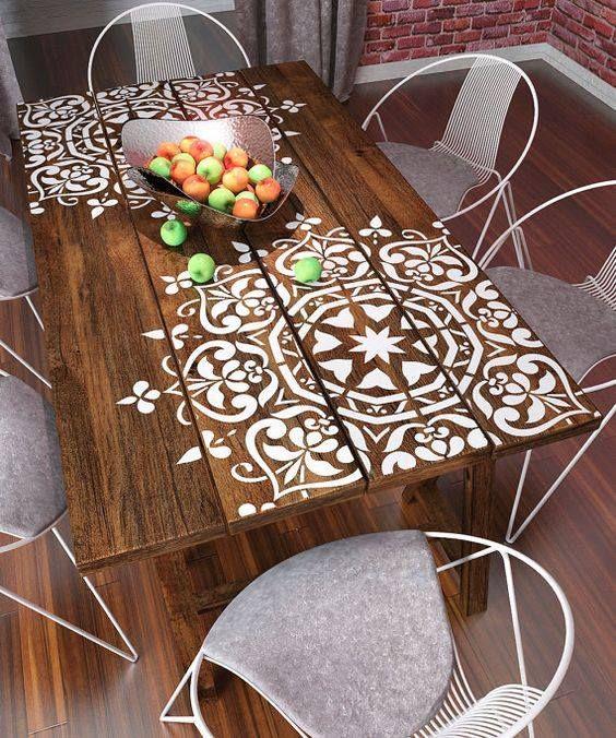 Très jolie table avec un beau pochoir                                                                                                                                                                                 Plus