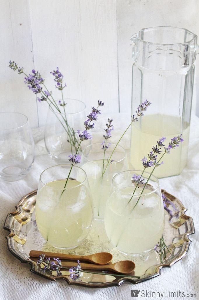 1 1/2 L vatten 3 DL strösocker 10 Blomstjälkar färsk lavendel 2 citroner