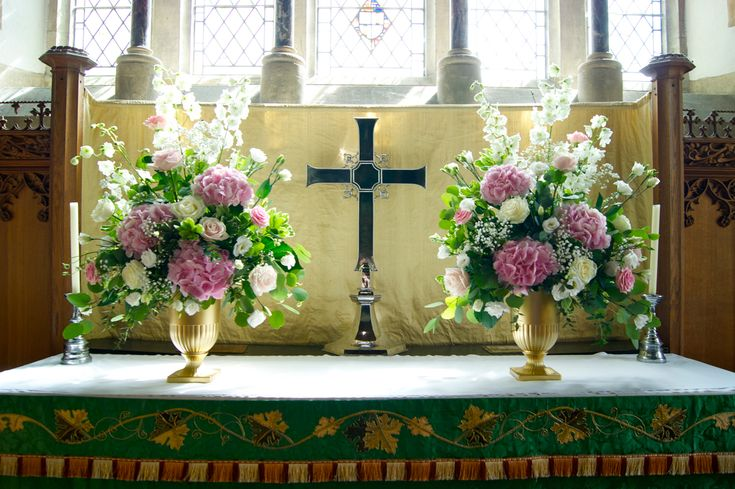 Church wedding decorations altar flowers spray church for Altar decoration wedding