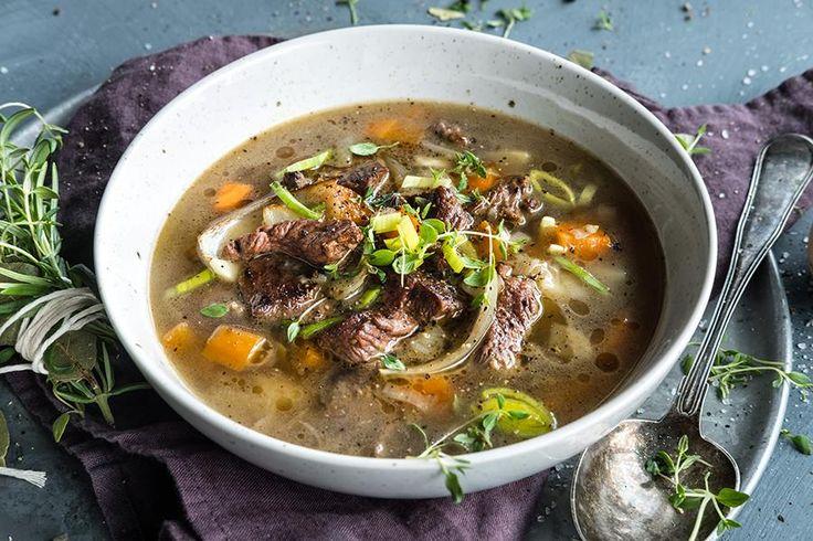 Oppskrift på klassisk, langtidskokt kjøttsuppe.
