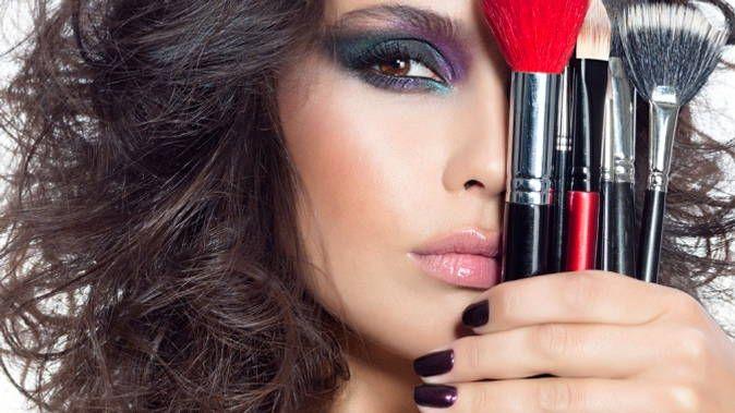 В статье мы представляем подробные инструкции по макияжу губ, глаз и лица, с помощью которых вы всегда будете выглядеть бесподобно.