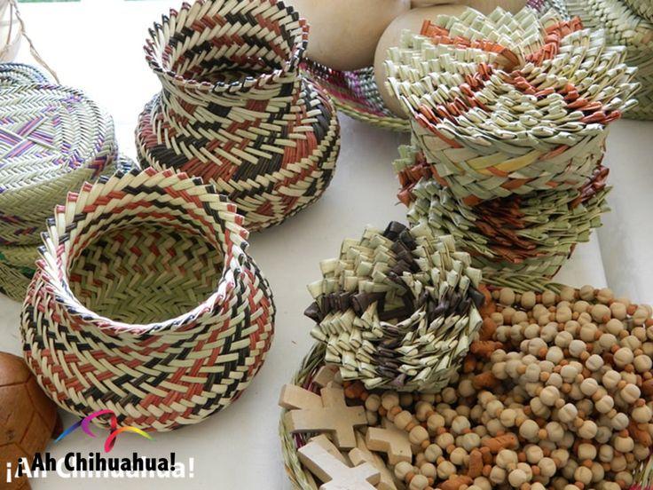 TURISMO EN BARRANCAS DEL COBRE. Como muchos otros grupos indígenas a lo largo de México, los Rarámuris expresan su creatividad realizando diversas artesanías en materiales como el barro, madera y textiles. De éstos crean ollas, canastos y artículos de cocina, así como las típicas muñecas mexicanas de madera y tela. Le invitamos a visitar la Sierra Tarahumara en su próxima visita al estado más grande México. www.turismoenchihuahua.com