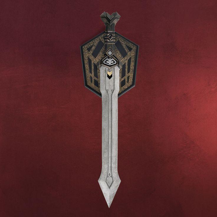 Bevor Thorin Eichenschild in der Trollhöhle sein legendäres Schwert Orkrist fand, leistete sein Zwergenschwert ihm treue Dienste. Ganz nach Zwergenart ist es kantig und markant gestaltet. Es vermag großer Manneskraft, um dieses massive...