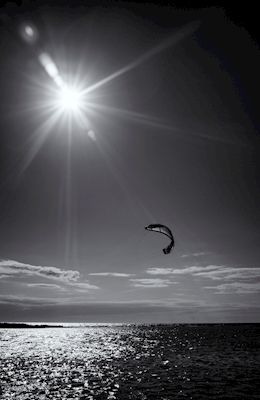Black and white photograph of kite surfing in Gnisvärd, Gotland. Photographer Wall, available as poster and laminated picture at printler.com, the marketplace for photo art.