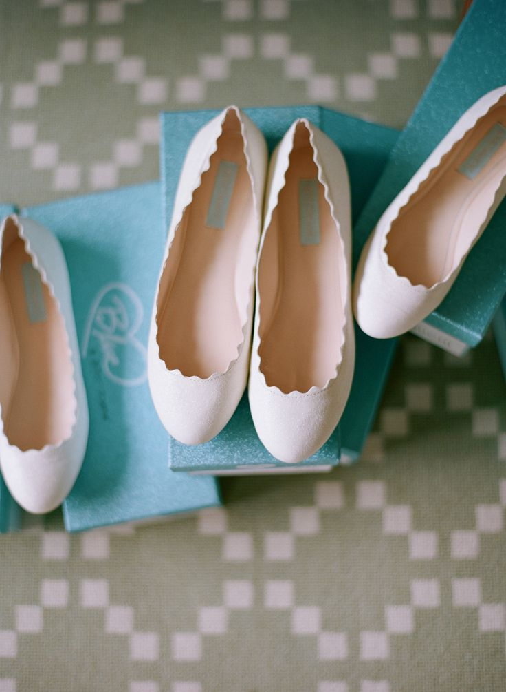Bridesmaids wore comfortable ivory flats featuring beautiful scallop details. #flats Photography: Elizabeth Messina