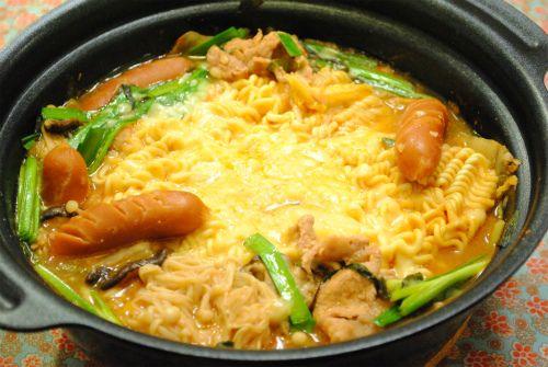 韓国の鍋「プデチゲ」チーズとラーメンが絡み合ってとっても美味しいんですよ~ポイントは、チーズをたっぷりと使う事!味もマイルドになり、スープまで美味しくいただけます本場の物とは少し違うと思いますが、私なりの作りやすいレシピを紹介しま~す★★★レシピ★★★★材料(2~3人分)・豚肉こま切れ肉200g・ウインナー6本・えのき1パック・しいたけ6個・ニラ1/2束・キムチ200g・ごま油大さじ2・とろけるチーズ100g程度・煮込み用インスタントラーメン1袋A・水600ml・酒・味噌・コチュジャン各大さじ2・おろしニンニク・おろし生姜各小さじ1★作り方1.ウインナーは切り込みを入れる。えのきは根元を切り落とし、バラバラにしておく。しいたけは薄切り、ニラは5cm幅のざく切りにする。2.鍋にごま油を入れ、豚肉と1を加えて軽く炒...とろ~りチーズのプデチゲ☆