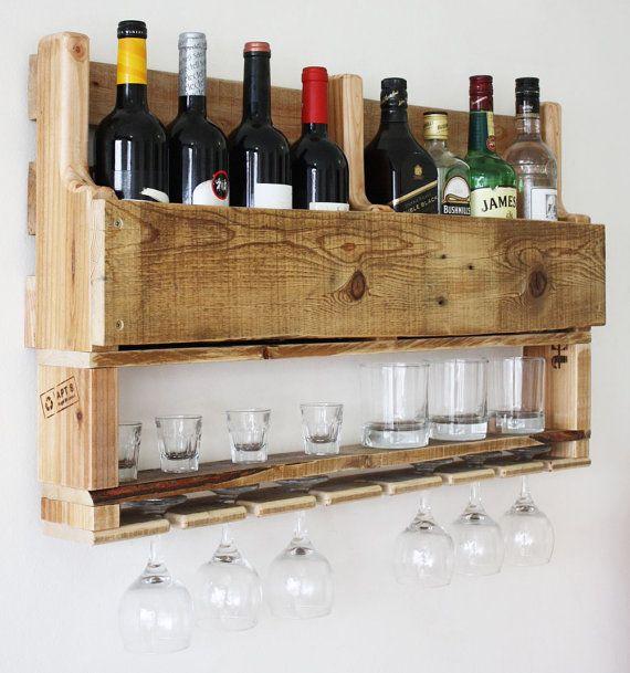Si vous êtes un amateur de vin et de whisky, cest le match parfait pour vous !  Il sagit dun autre fabuleux plus créatif décoconception de Apt8 !  Ce support serait look étonnant dans un bar à cigares ou à côté de votre collection dalcool à la maison ou au bureau.  Cette bouteille huit, 7 verre et boules bas casier à vin est fait à partir récupérer des palettes. Il sagit dun moyen fabuleux dafficher votre amour pour le vin.  Dimensions - 80x50cm  Il a cintres et nous vous ferons parvenir…