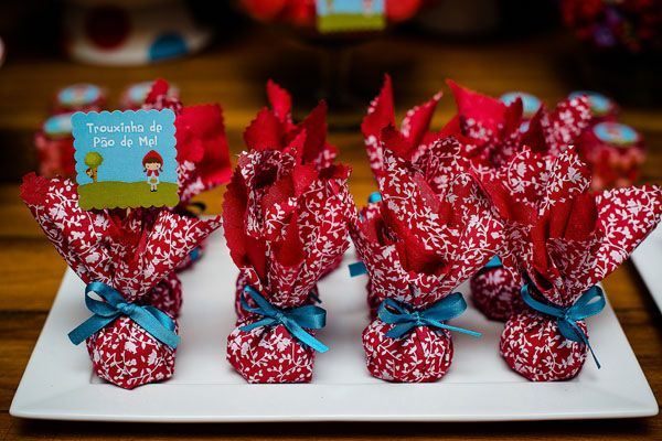 A festinha de 2 anos das gêmeas Maria Eduarda e Maria Clara foi no tema Chapeuzinho Vermelho! A linda decoração em azul e vermelho ficou por conta da Dona