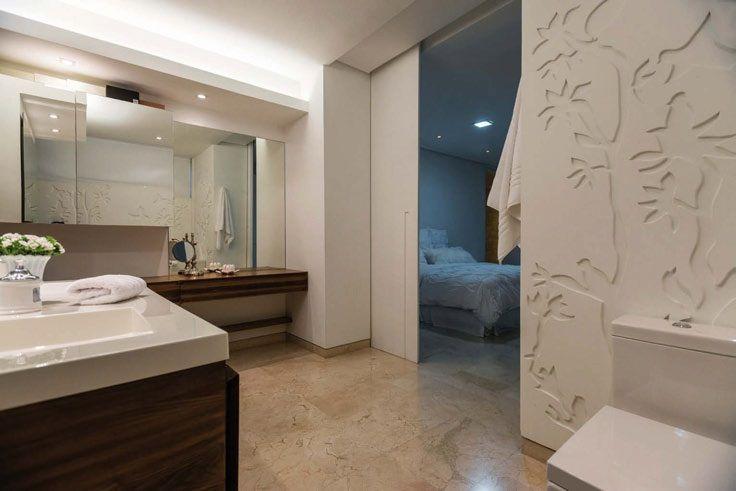 La riqueza de detalles se da a partir del patrón de pájaros y ramas de las paredes, opacas, y que contrasta de modo armónico con los brillos de los lavamanos
