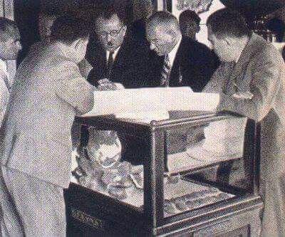 Atatürk 1934'te Alacahöyük Buluntulatını Incelerken..