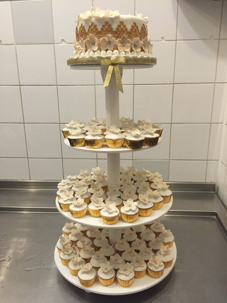 Wedding Cupcaketower in white and gold