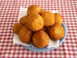 Ingredientes:   2 huevos 150 g. de gambas peladas Leche Sal Aceite Harina Huevo Pan rallado   Preparación:   Cocer los huevos y reservar. C...