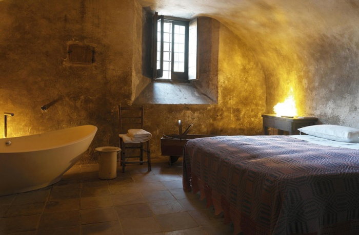 Bedroom in hotel in Italy with crochet bedspread and Duravit bathtub - Retox Pinterest picks, RetoxMagazine.com
