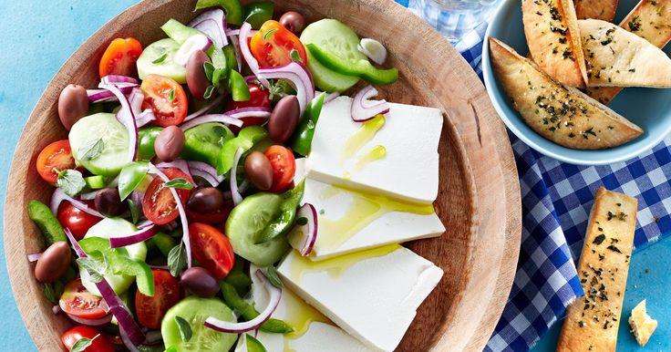Den skønne salat som mange af os har spist på ferie i Grækenland....fuld af minder om sol, varme og en taverna ved det glitrende hav.
