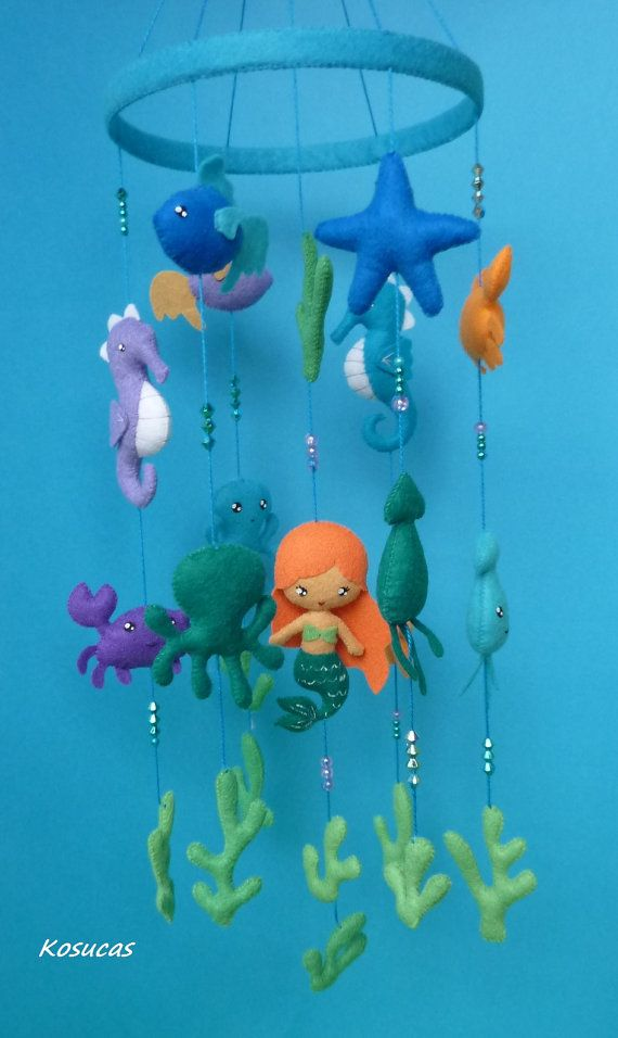 Felt mobile with little mermaid, crabs, sea horses, octopus, starfish, squid and algae.  Made entirely by hand.  Light. Hanging of a curtain rod or a hook ceiling.  Length from the blue circle 40 cm.  Width: 16 cm.  Ready to send.  Not a toy, for decoration only.