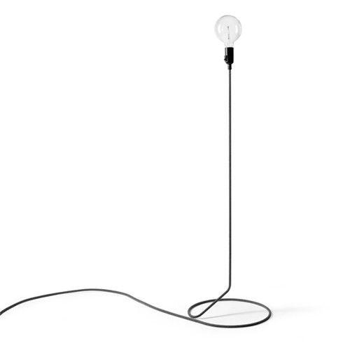 De Cord Staande lamp bestaat uit een lamp snoer gemaakt van stof, in vorm gebracht door een stalen buis. Wordt geleverd inclusief dimmer en E27 lamp. Afmetingen: Ø 38 cm x h 130 cm.