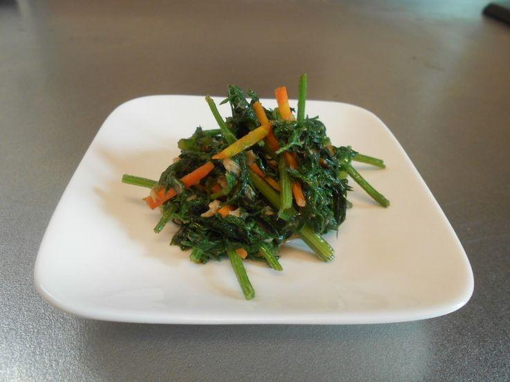 人参の葉炒め……クセの強い野菜ですが、ツナと炒めるととても美味しいです。食べ続けると体臭も消えました\(^o^)/頑張る中高年に!!
