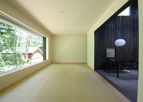 idea for semi-enclosed balcony: balcony in winter, part of open air room in summer House in Fujizakura by Case Design Studio