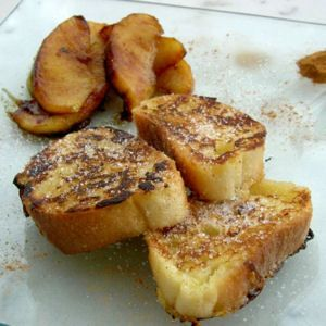 """Qu'il soit """"doré"""" (au Canada), """"crotté"""" (dans le Nord de la France) ou perdu (plus couramment), la recette du pain """"imbibé"""" est loin d'être perdue, justement ! On la décline au petit-déjeuner, au goûter et même au dîner."""