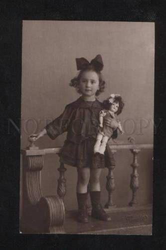 072255-encantadora-Chica-Con-Muneco-Vintage-Foto-Real-Letonia