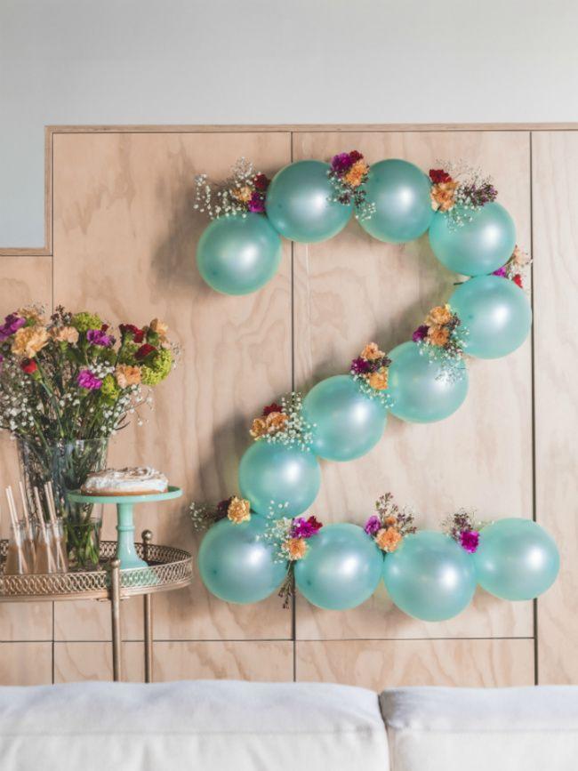 Feestje met anjers en ballonnen Mooiwatbloemendoen.nl