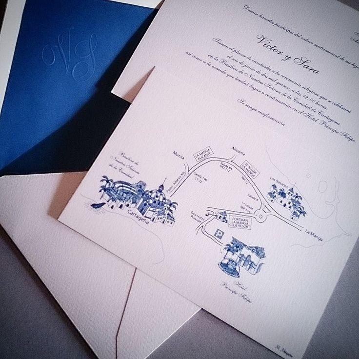 MaiteSanz. Conjunto de invitación, sobre y plano.  Bonito tono azul con iniciales en relieve en seco #maitesanz #wedding #bodas #boda #invitaciones #invitación #personalizqdas #plano #ilustraciones #azul #sobres