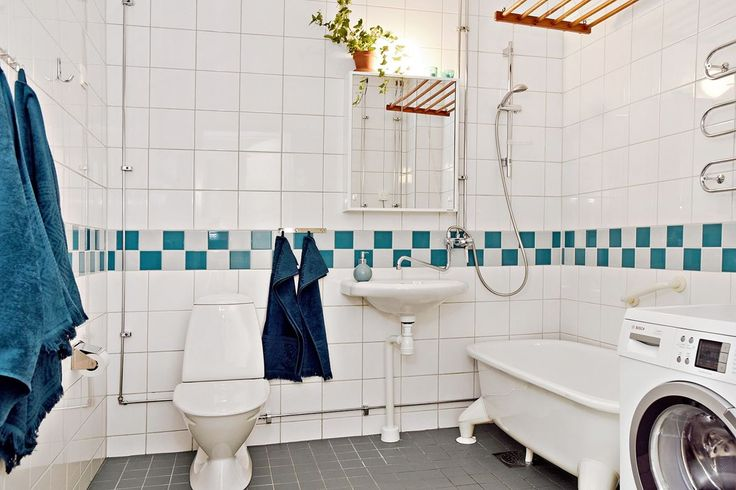 Badrum på nedre plan med badkar och tvättmaskin. Simrishamnsvägen 7 - Bjurfors