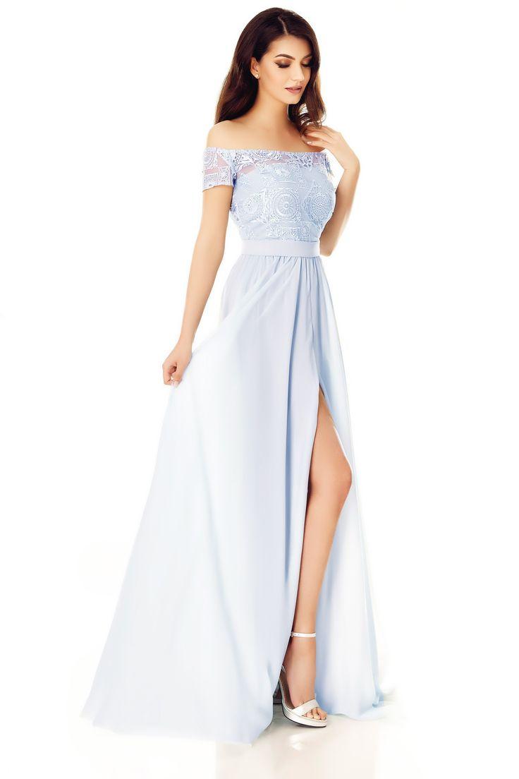 Rochie Eveline Gri - Evenimentele speciale cer ținute remarcabile. Alege un look de prințesă care te va plasa în centrul atenției, și poartă rochia de seară lungă Eveline, în nuanțe de gri delicat. Confecționată din voal și cu bustul din dantelă brodată fină, rochia lungă de seară fascinează privirile, atât datorită șlițului lateral al fustei, cât și datorită efectului senzual-romantic obținut prin croiala cu umerii dezgoliți, în stilul lui Brigitte Bardot. Cordonul cu fundă la spate…