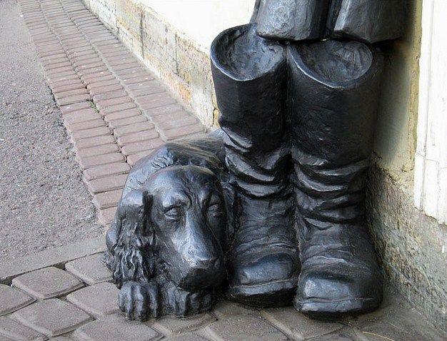 Санкт-Петербург – город памятников и монументов, причем некоторые из них очень необычные. Литературные персонажи, например, Муму (Садовая улица, 94/23),