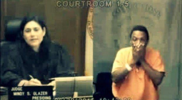 Pencuri Ini Nangis Mengetahui Hakim Adalah Teman Sekolahnya  Seorang tersangka kasus pencurian menangis di ruang pengadilan saat hakim mengenali dirinya sebagai teman sekolahnya. Hakim temannya itu mengatakan bahwa si tersangka adalah anak yang baik di sekolah. Arthur Booth disidang oleh hakim Mindy Glazer di Pengadilan Miami-Dade Florida Amerika Serikat atas dakwaan kasus pencurian. Booth 49 ditangkap pada hari Senin minggu lalu setelah ketahuan mengendarai mobil yang diduga mobil curian…