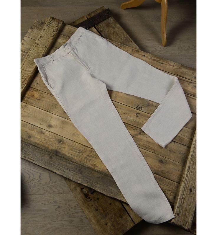 Alliant une matière noble, le lin bio, à une coupe shino, le pantalon CONOUCO offre confort et légèreté.