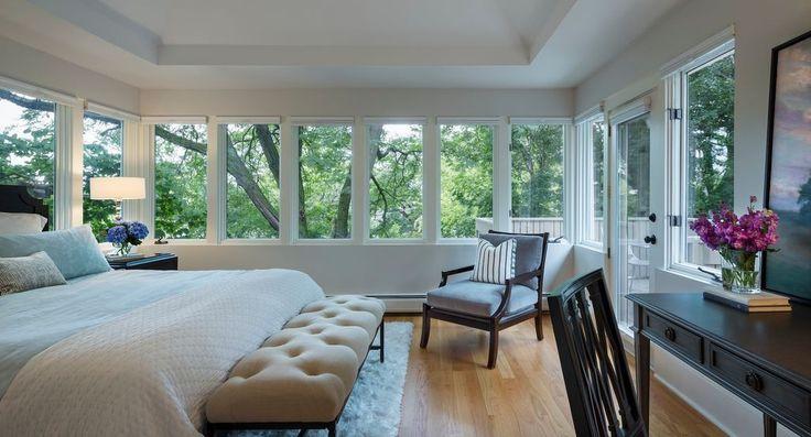 Dieses Master-Schlafzimmer macht die Natur-Szene im Freien als Schwerpunkte mit seinen umliegenden Fenstern.