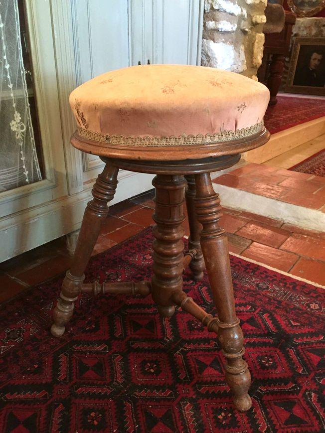 Petit tabouret de piano ancien à vis - http://www.lesbrocanteurs.fr/annonce-antiquaire/petit-tabouret-de-piano-ancien-a-vis/