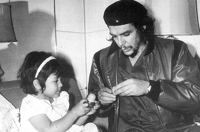 Foto del Che con Hildita su hija - 1960