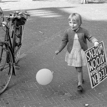 Meisje met ballon en protestbord 'Tegen opslag van atoomwapens', Amsterdam, Noordermarkt 1963