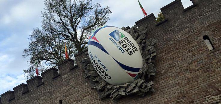 C'est aujourd'hui, 18 septembre, que débute la tant attendue Coupe du Monde de rugby. Cette édition, qui se déroulera en Angleterre et au Pays de Galles, nous fera vibrer jusqu'au 31 octobre prochain. Pour mettre en avant la compétition, les habitants de la ville de Cardiff ont eu une belle surprise. Un ballon de rugby géant a été retrouvé sur la façade du Château de Cardiff, avec un magnifique effet qui nous donne l'illusion que le ballon perfore le mur du château.