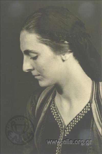 Εορτασμοί της 4ης Αυγούστου: γυναίκα με  παραδοσιακή φορεσιά του Μετσόβου 1937. Nelly's (Σεραϊδάρη Έλλη)