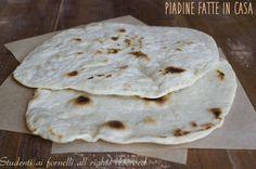 La piadina fatta in casa senza strutto è una ricetta facile e veloce da preparare. Per cena, da farcire come secondo o come sostituto del pane.