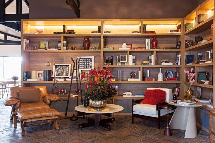 Restaurante CASA COR - Bárbara Jalles. O lounge de entrada traz peças de Sergio Rodrigues, que dialogam com outras inspirações no mobiliário, como as cadeiras de design escandinavo e mesas em madeira com pés em aço oxidado.